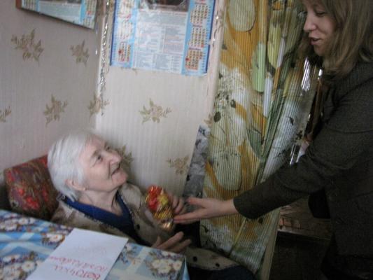 бабушке отдают в палате подарок женщина
